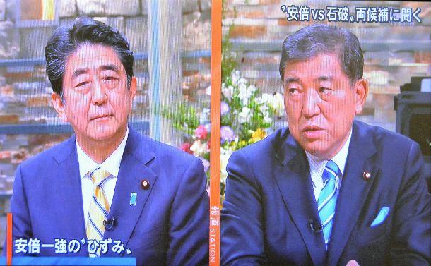 写真・図版 : テレビ朝日系「報道ステーション」に出演した安倍晋三首相(左)と石破茂・元幹事長=2018年9月17日の放送から
