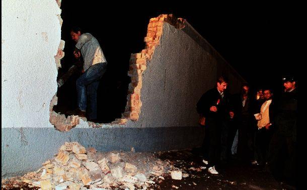 写真・図版 : 1989年11月、東西冷戦の象徴だったベルリンの壁が壊された。同年12月にはマルタ会談で冷戦の終結が宣言される=1989年11月11日
