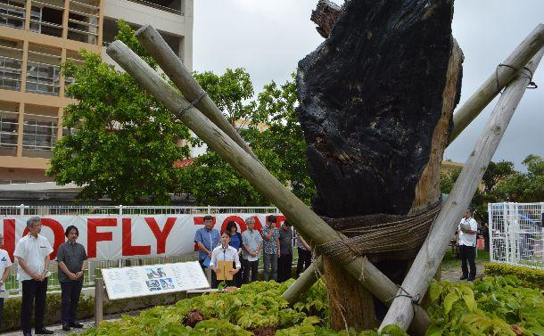 写真・図版 : 墜落事故の現場で沖縄国際大学の学生らが改めて米軍機事故の危険性を訴えた=2018年8月13日