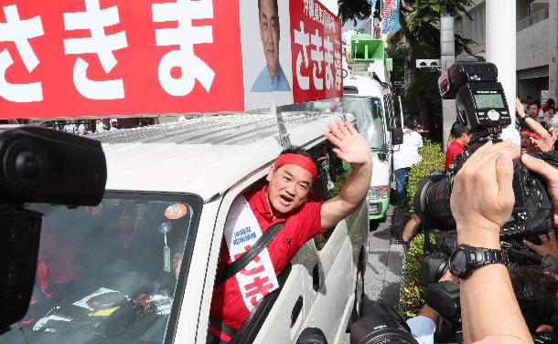 写真・図版 : 沖縄県知事選で選挙カーから支持を訴える佐喜真淳氏=2018年9月13日