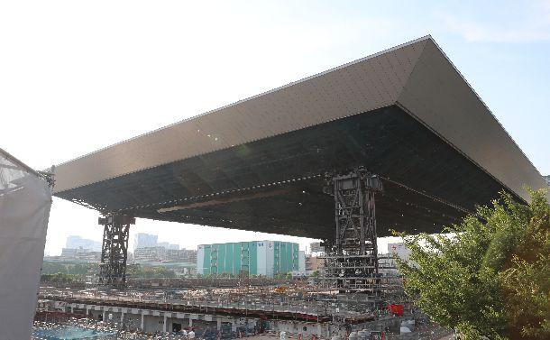 屋根のつり上げが完了した「オリンピックアクアティクスセンター」=2018年7月24日