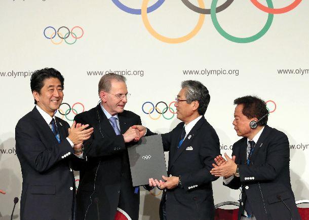 2010年の五輪が東京に決まり、調印式を行う(左から)安倍晋三首相、IOCのロゲ会長、JOCの竹田恒和会長、猪瀬直樹東京都知事=2013年9月7日、ブエノスアイレス