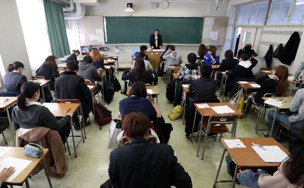 写真・図版 : 「大学入学共通テスト」の試行調査で英語のテストに臨む生徒たち=2018年2月13日、東京都練馬区