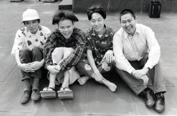 写真・図版 : たまのメンバー。左から滝本晃司さん、知久寿焼さん、柳原幼一郎さん、石川浩司さん