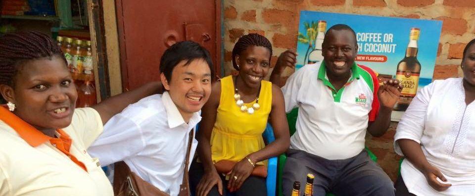 写真・図版 : ウガンダにある国連事務所からの帰り道で呼び止めてくれた近所の人々