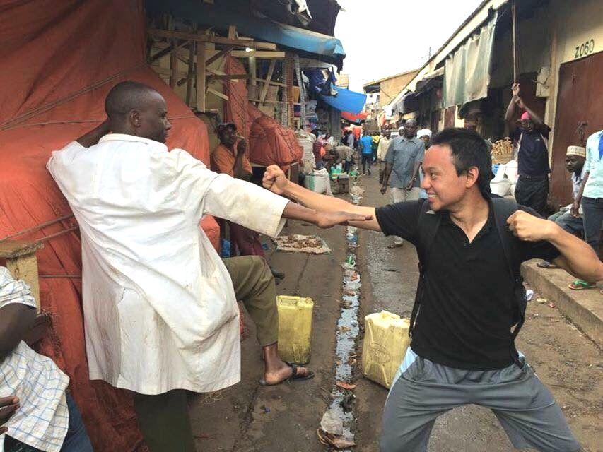 写真・図版 : カンパラ市内の市場で空手の話題から現地の人と仲良くなった。右が筆者