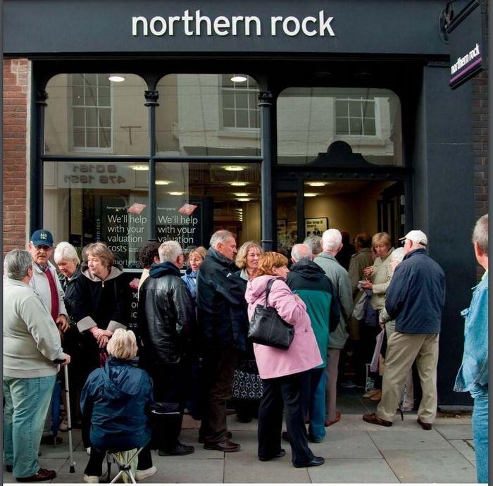 写真・図版 : 2007年9月、英ノーザン・ロックの店舗前に列を作る預金者たち(国家統計局レポート「ノーザン・ロックの国有化」より)