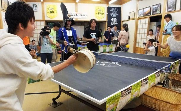 風呂おけなどを使った卓球で盛り上がる参加者=熊本県南小国町の黒川温泉2014年