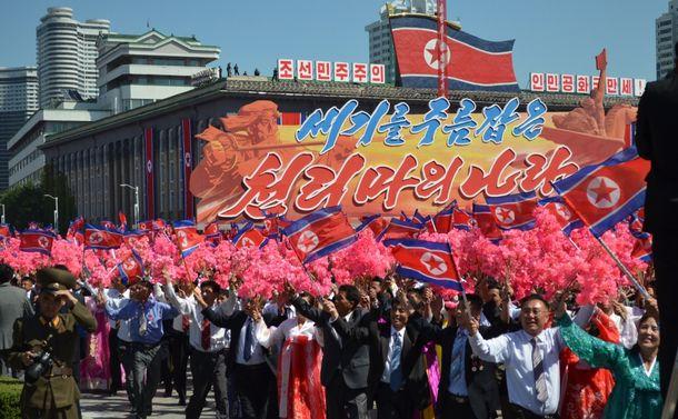建国70周年の記念式典で行進をする市民20180909