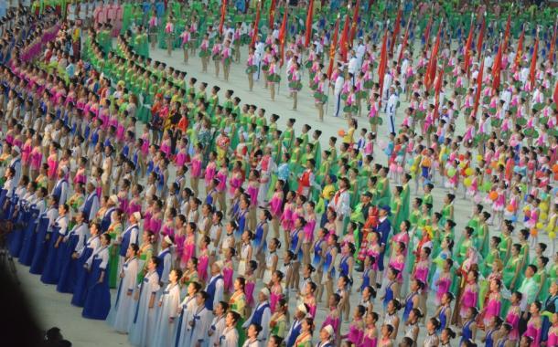 写真・図版 : 北朝鮮建国70周年を祝う式典のマスゲーム=2018年9月9日 撮影・朝日新聞社