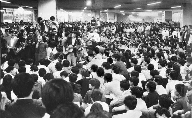 写真・図版 : 「ベトナムに平和を! 市民連合」(ベ平連)の呼びかけで新宿駅西口地下広場を埋め尽くしたフォーク集会の群衆=1969年5月24日