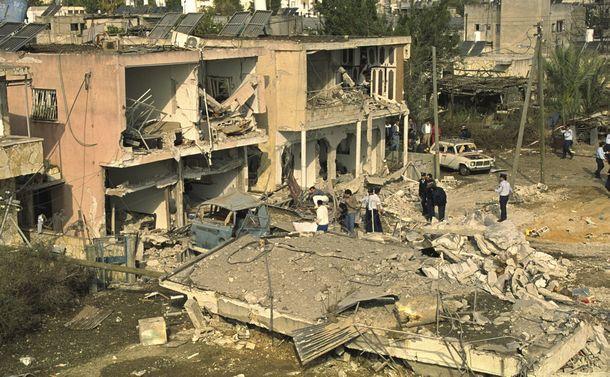 写真・図版 : 米国を中心とした多国籍軍がイラクを攻撃。これに対して、イラクがイスラエルにミサイルを撃ち込んだ。この攻撃で破壊された民家と復旧作業=1991年1月18日