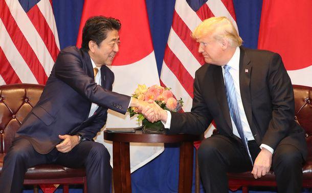 写真・図版 : トランプ米大統領(右)との首脳会談で、握手する安倍晋三首相=2018年9月26日、ニューヨークのホテル