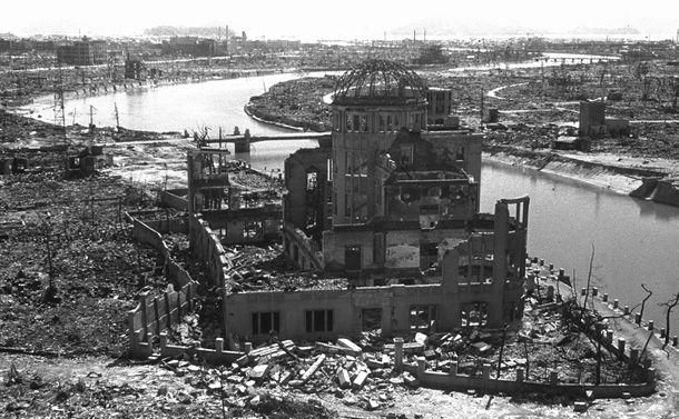 写真・図版 : 朝日新聞カメラマンの故松本栄一氏が原爆投下後に撮影した原爆ドーム=1945年9月