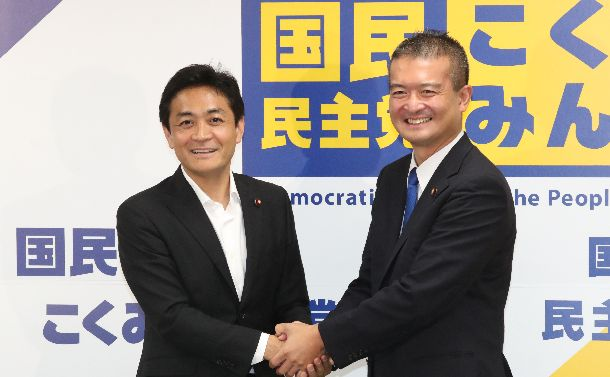 国民民主党の代表選を戦った玉木雄一郎氏(左)と津村啓介氏=2018年8月22日、東京・永田町の党本部