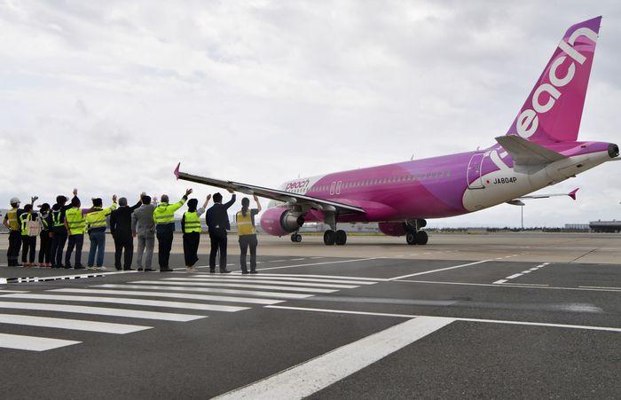 写真・図版 : 運用再開した関空第2ターミナルを出発するピーチのA320(筆者撮影)