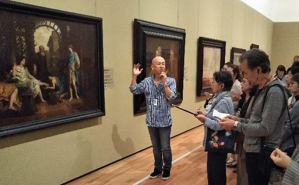 東京富士美術館の西洋絵画観賞ツアーで絵の解説をする木村泰司さん=2018年9月13日。筆者撮影