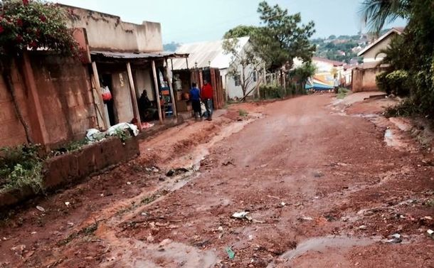 写真・図版 : 筆者が暮らしていた自宅の近くの道路。救急車は自宅近くまで入ることができなかった