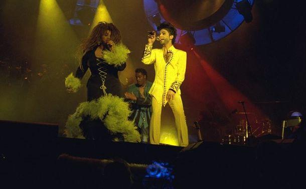 写真・図版 : 亡くなって2年余、音楽界のレジェンドであり続けるプリンス=1992年4月3日、東京ドームでの来日公演で