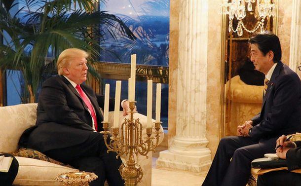 写真・図版 : トランプ米大統領と話す安倍晋三首相=2018年9月23日、ニューヨーク(内閣広報室提供)