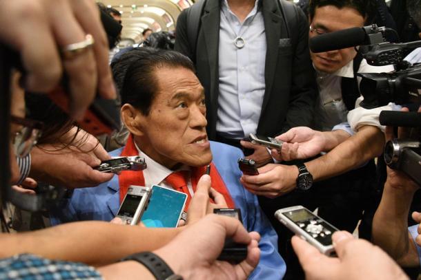 北朝鮮から戻り、北京の空港で取材に答えるアントニオ猪木参院議員=2018年9月11日