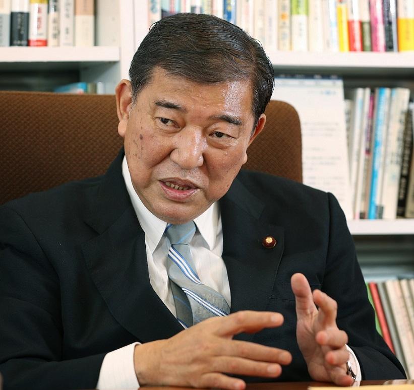 写真・図版 : インタビューに答える自民党の石破茂氏=東京・永田町