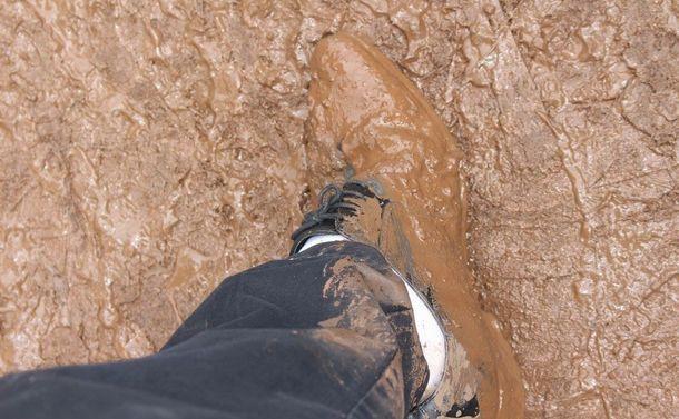 写真・図版 : 雨の日は通勤するだけで靴が泥だらけになることも
