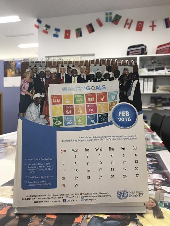 写真・図版 : 筆者が撮影した写真を使った国連カレンダー。明治学院大学の一角に。