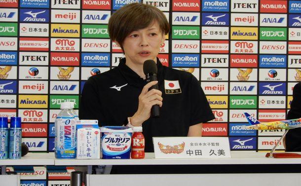 女子バレーボール世界選手権の目標を4強と記者会見で掲げた中田久美監督=2018年9月25日、東京都北区