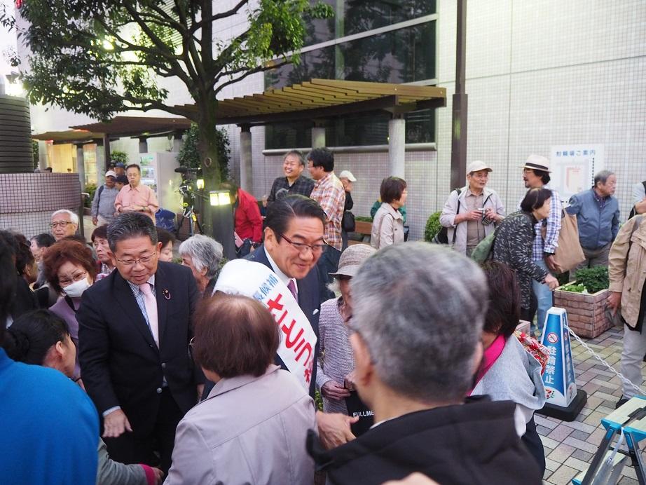 写真・図版 : 街頭演説に集まった人と握手をする佐藤裕彦氏(中央)=9月27日、JR大井町駅前