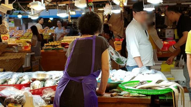 写真・図版 : 観光客にも人気の東門市場=撮影・筆者(一部加工)