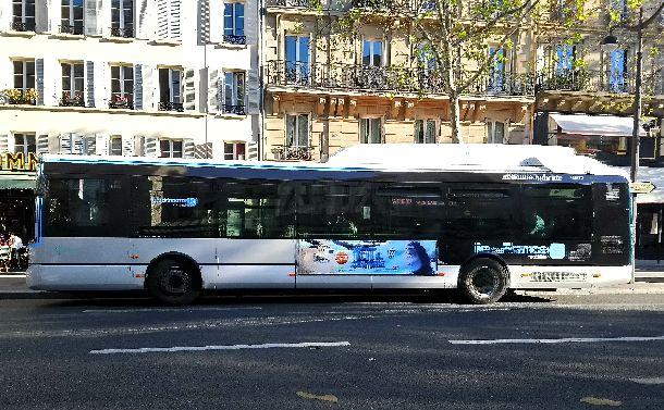 空色と白のツートン・カラーのハイブリッド車にかわったパリの路線バス(筆者撮影)