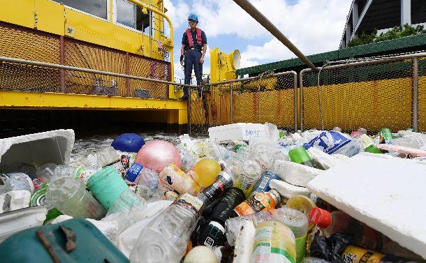写真・図版 : 東京港でごみを回収する清掃船。船内にたまったごみの多くは、プラスチックだった=2018年6月19日、東京都江東区