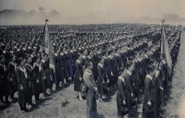 写真・図版 : 1940年5月22日、東京・代々木練兵場で開催された教育勅語拝戴の記念式。都下の大学、高等専門学校の生徒約9万人が参加した