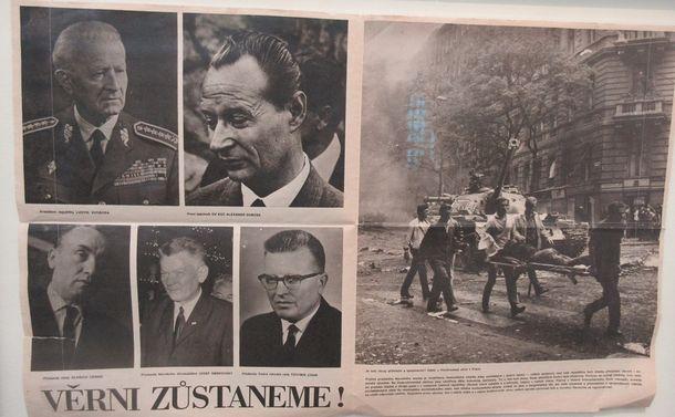 写真・図版 : ソ連侵攻の展示。プラハの共産主義ミュージアムにて=撮影・筆者