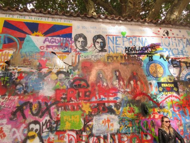 写真・図版 : プラハのジョン・レノンの壁=撮影・筆者