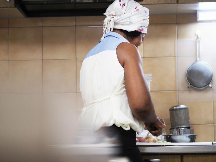 写真・図版 : 手際よく野菜を刻んでいくチャングワさん