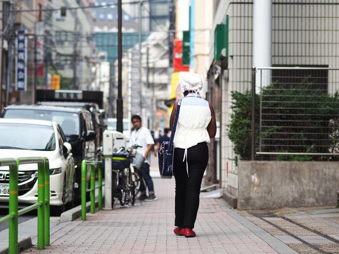 写真・図版 : まだ慣れない、という東京の街を歩くチャングワさん