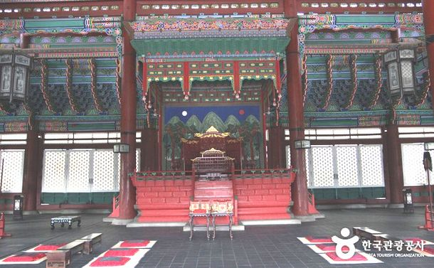 写真・図版 : 朝鮮王朝時代の王の椅子、景福宮内=韓国観光公社HP