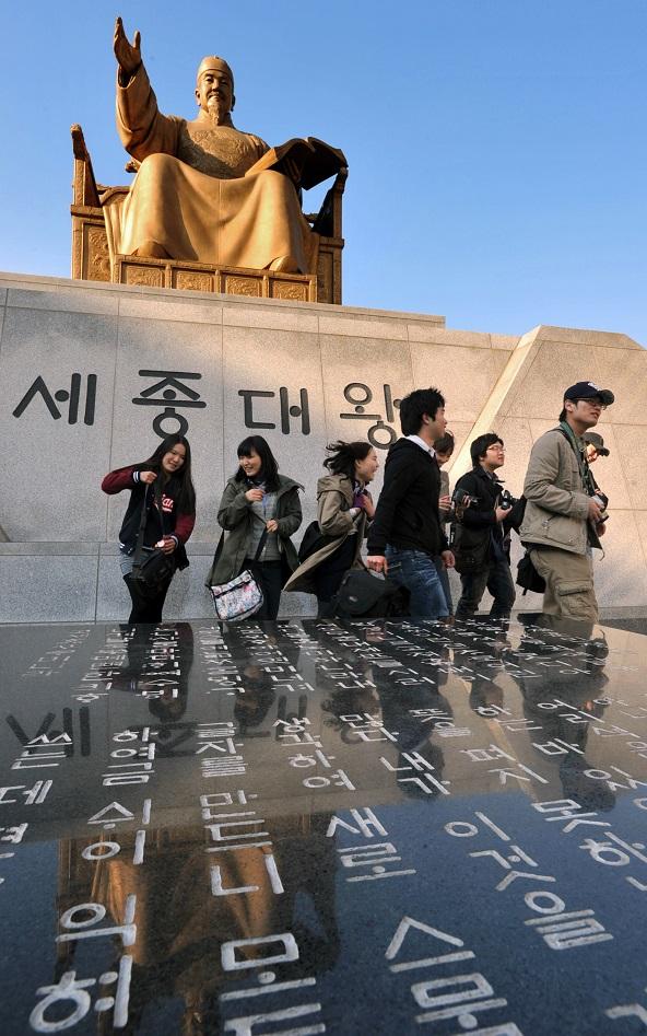 写真・図版 : ソウル中心部にある世宗の像。ハングルは世宗のもとで作られ、広められた=2010年3月28日