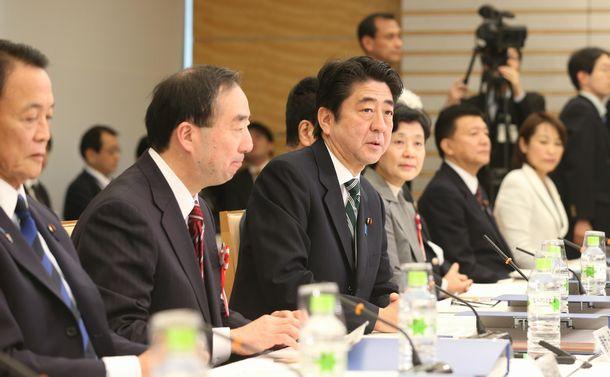 写真・図版 : 社会保障国民会議の冒頭、あいさつする安倍晋三首相=2013年1月21日、首相官邸