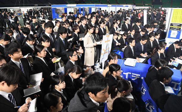 写真・図版 : 企業の合同説明会に集まった学生たち=2018年3月1日、福岡市中央区