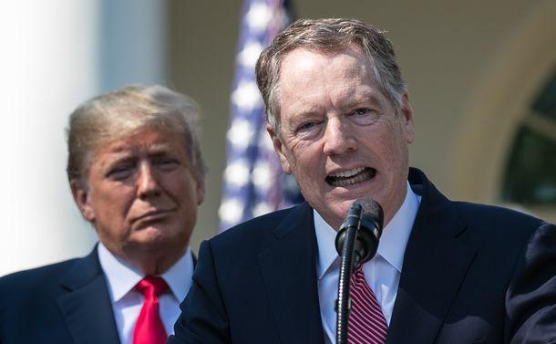写真・図版 : ホワイトハウスのローズガーデンで演説するライトハイザー米通商代表(右)。左後ろはトランプ米大統領=2018年10月1日、ワシントン