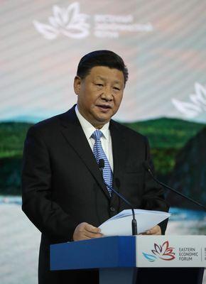 写真・図版 : 東方経済フォーラムの全体会合で講演する中国の習近平国家主席=2018年9月12日、ロシア・ウラジオストク、代表撮影