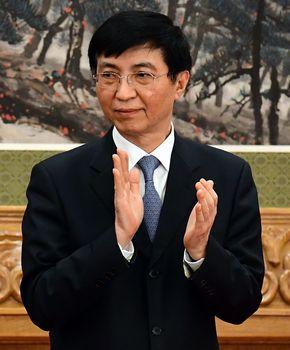 写真・図版 : 習近平総書記の会見が終わり、拍手をする王滬寧氏=2017年10月25日、北京