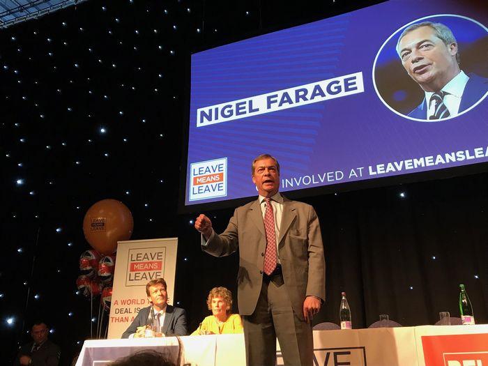写真・図版 : ロビー団体「離脱は離脱だ」の集会で話す、ファラージ氏(イングランド地方北部ボルトンにて、9月22日。筆者撮影)