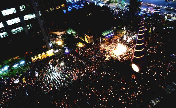写真・図版 : 서울 시내 한 복판에서 지속된 박근혜 전대통령 퇴진 요구 촛불 집회, 참가자들은 모두 촛불을 들고 집회에 참가했다= 2016년 10월 29일