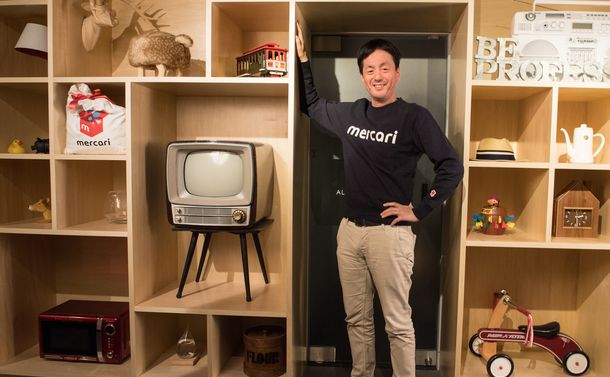 写真・図版 : 子どものおもちゃ、帽子、古いテレビ……。六本木ヒルズにあるメルカリの受付は、フリーマーケットを意識した品物がずらりと並ぶ=東京・六本木