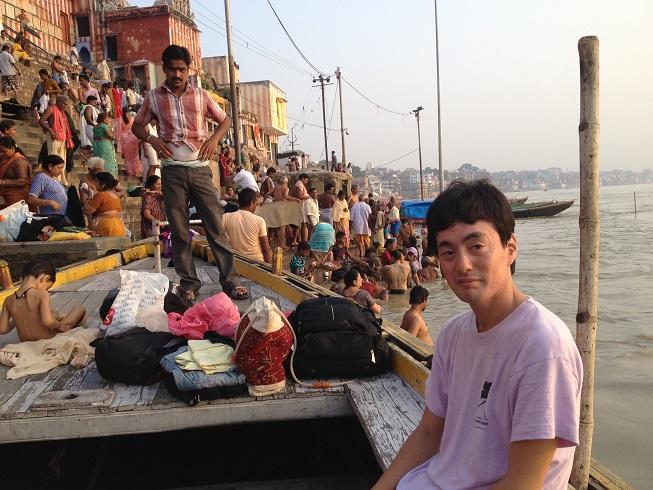 写真・図版 : メルカリ創業者の山田進太郎さん。世界旅行でインドに足をのばし、ガンジス川を背に=2012年9月28日、インド・バラナシ(山田進太郎さん提供)