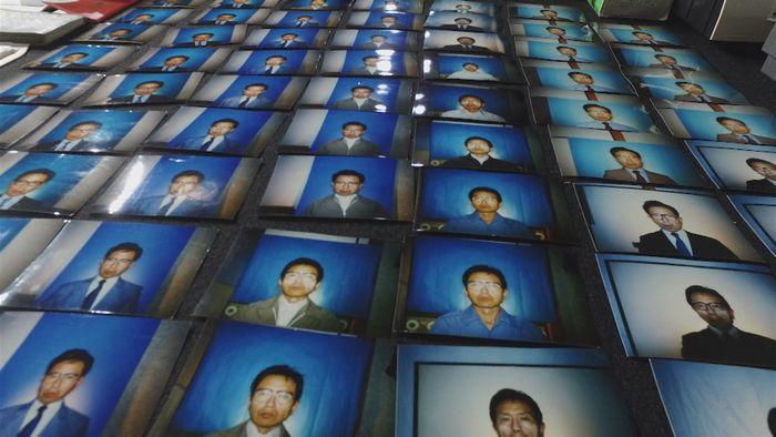 写真・図版 : 警察が押収した中村泰の証拠品。運転免許証などを偽造するための証明写真「未解決事件File.07警察庁長官狙撃事件」から